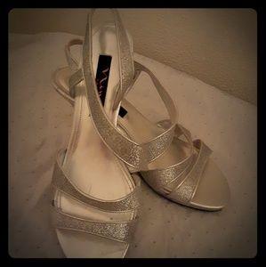 NINA low-heel sandals/pumps. Silver.